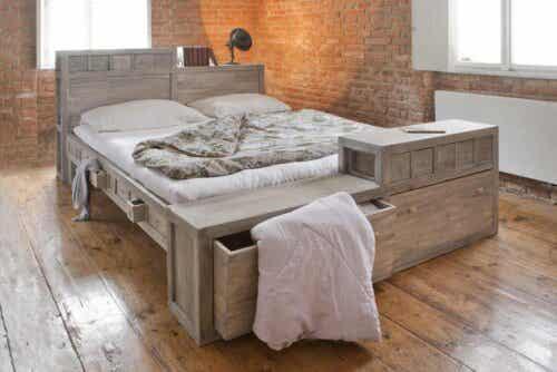 Ακατάστατο κρεβάτι με πολλά συρτάρια