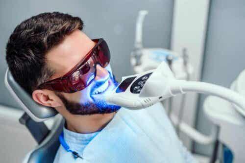 Άνδρας κάνει λεύκανση δοντιών σε οδοντίατρο