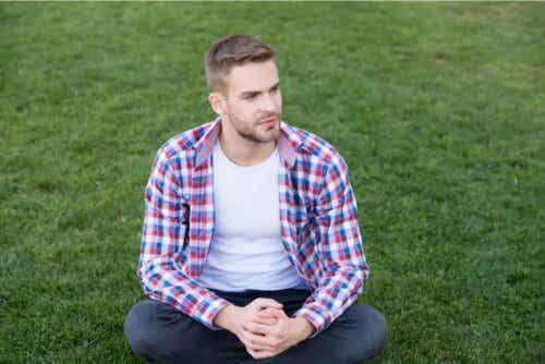 Άνδρας κάθεται σε γρασίδι