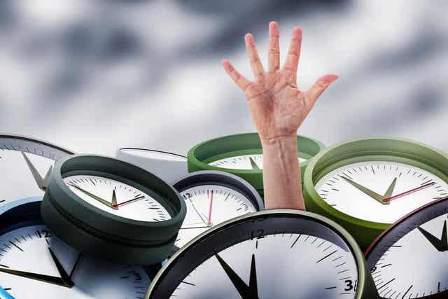 Χέρι ανάμεσα σε ρολόγια
