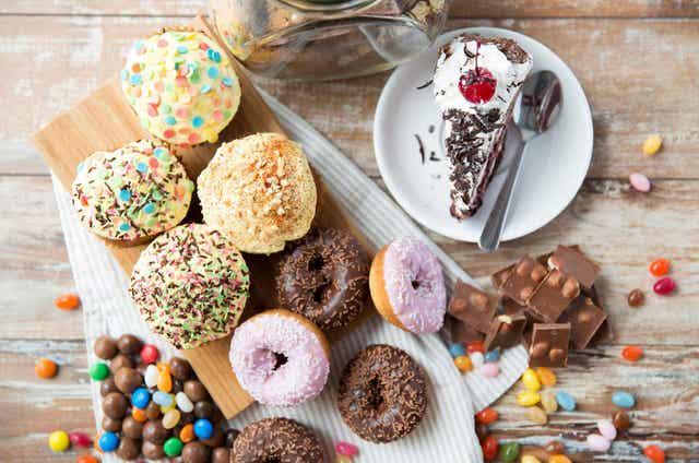 Διάφορα γλυκά πάνω σε τραπέζι