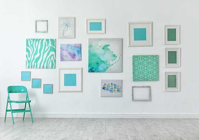 Διάφορες εικόνες σε τοίχο και μία καρέκλα