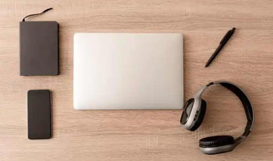 laptop και εξοπλισμός