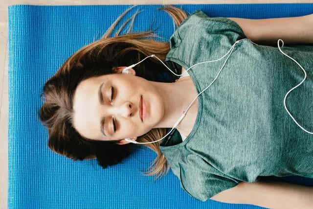 Γυναίκα ακούει μουσική