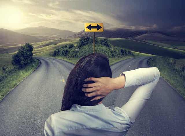 Γυναίκα μπροστά σε δύο δρόμους