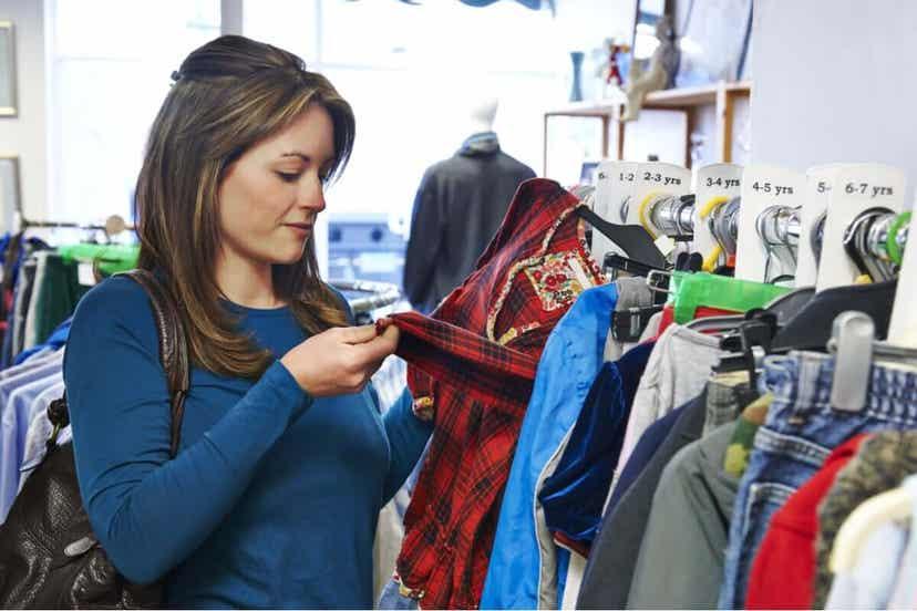 Γυναίκα επιλέγει ρούχα από κατάστημα