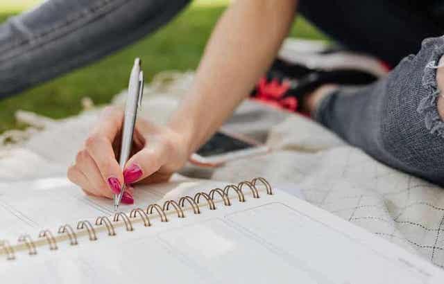 Γυναίκα γράφει σε ημερολόγιο