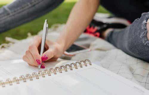 Γυναίκα γράφει σε σημειωματάριο
