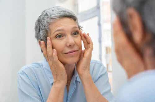 Γυναίκα κοιτάζεται στον καθρέφτη