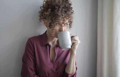 Γυναίκα πίνει ρόφημα - Πραγματικό πάθος
