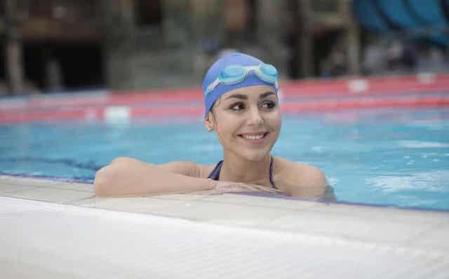 Γυναίκα σε πισίνα