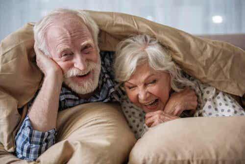 Ηλικιωμένο ζευγάρι αγκαλιά