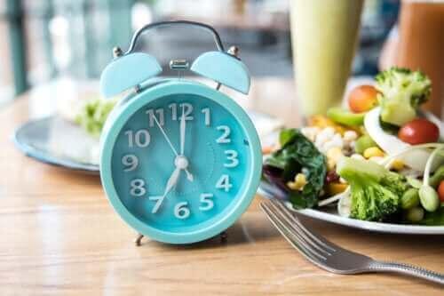 Η καλύτερη ώρα της ημέρας για φαγητό, σύμφωνα με την επιστήμη