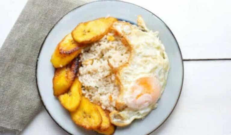 Μια νόστιμη συνταγή για κουβανέζικο ρύζι με μπάνανα Αντίλλων
