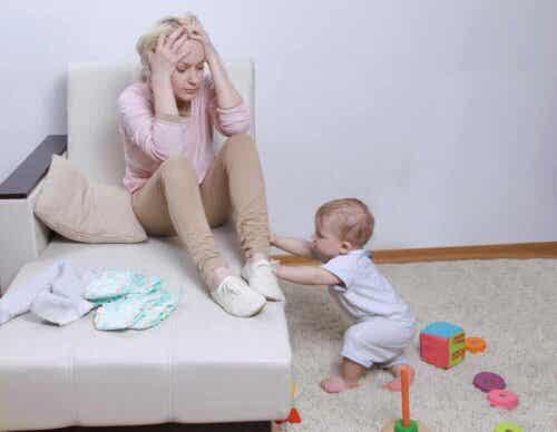 Μητέρα ανήσυχη και μωρό που παίζει