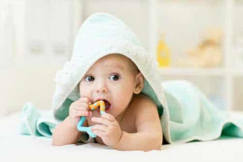 Πώς να ανακουφίσετε τη φαγούρα των ούλων του μωρού